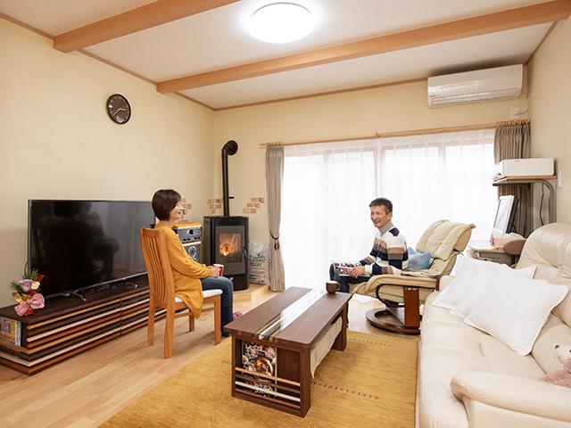 暖かいLDKに家族が集まる居心地のいい自然素材の家