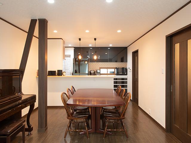 小窓のあるキッチン、自分時間も楽しむ家