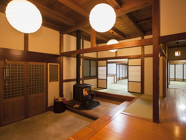 薪ストーブのある玄関、和の趣を活かした空間リフォーム